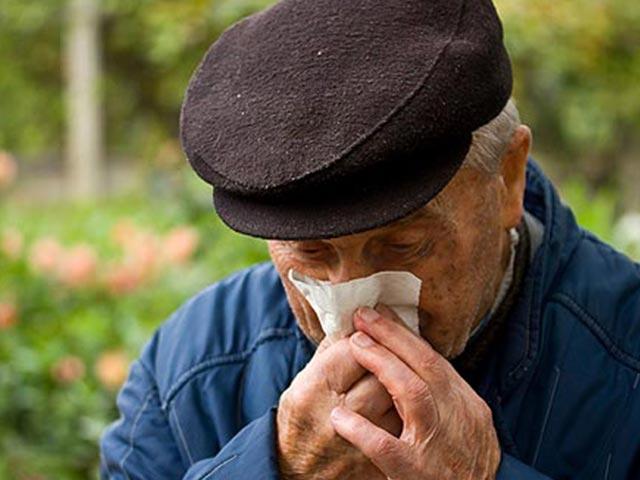 Cuidado de personas mayores con resfriado